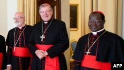 Кардинал Джордж Пелл (в центре).