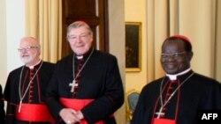 Кардинал Джордж Пелл (ортада).