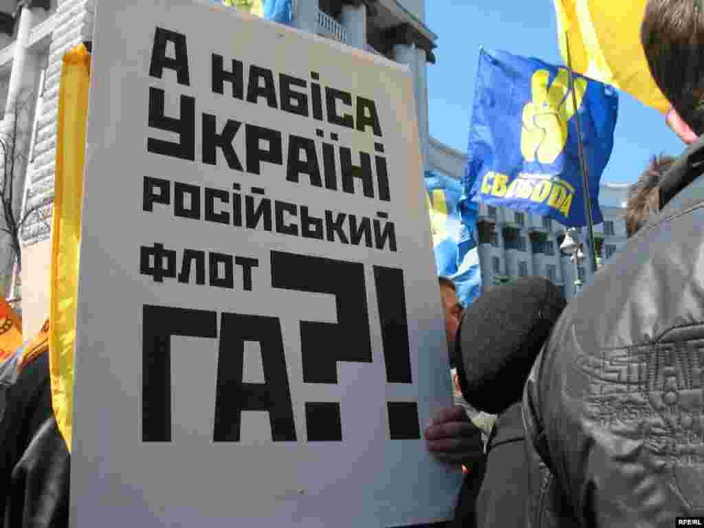 """Противники і прихильники ратифікації """"харківських угод"""" сьогодні прийшли під стіни парламенту."""