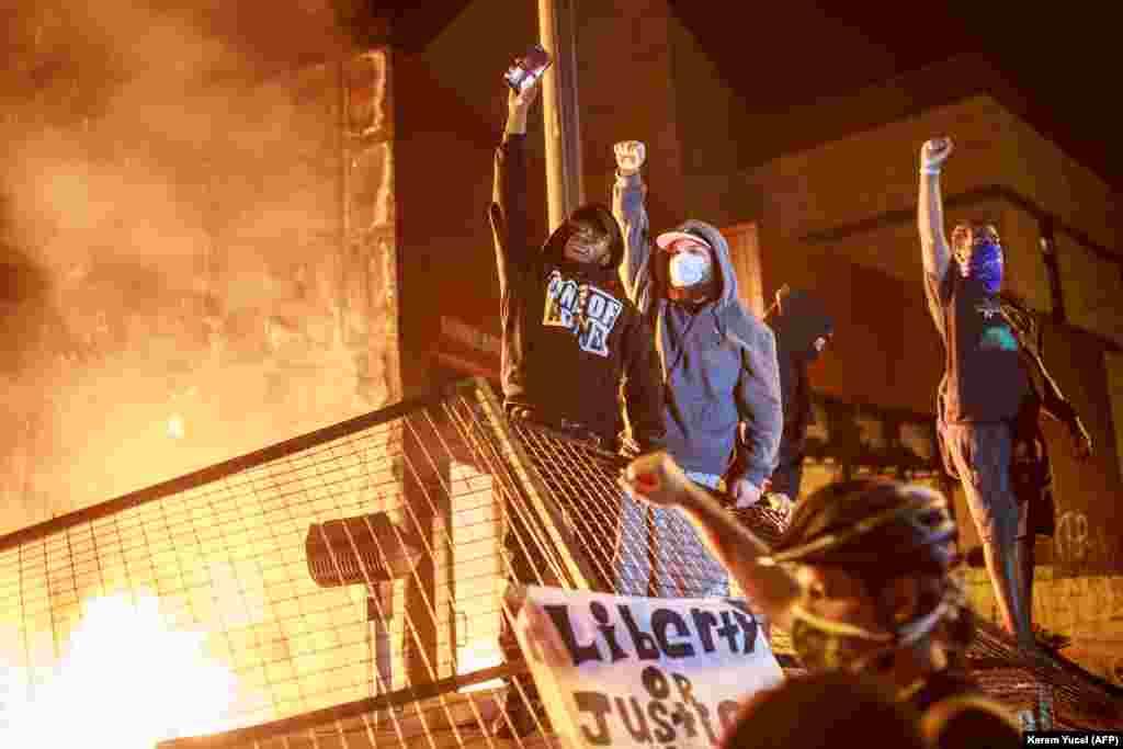 Протестующие подожгли полицейский участок, где работали задержанные (они сразу же после инцидента были отстранены от работы), и начали поджигать машины и магазины по всему городу. Полиция сначала получила от властей приказ не задерживать протестующих, поэтому те не встретили сопротивления и разгромили несколько десятков зданий.
