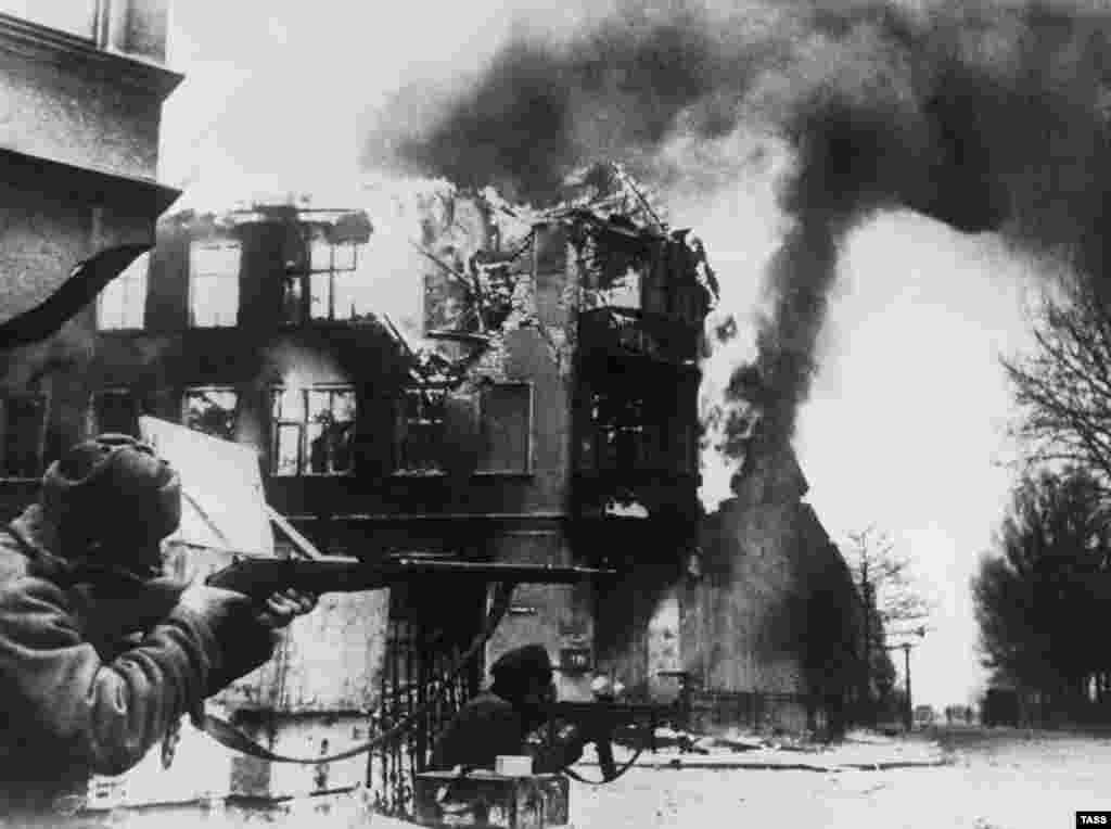Скоро обаче настъпва обрат и съветските войски настъпват в контролирана от нацистите територия. По време на преминаването на Червената армия през Кьонигсберг, което е подкрепено от масивна въздушна подкрепа на съюзниците, голяма част от града е унищожена.