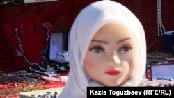 Женские исламские товары на прилавке. Алматы.
