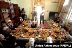 Өзбекстандағы Зарафшан қаласы түбіндегі Рахат ауылындағы қазақтар.