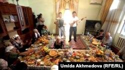 Дастархан казахской семьи в Узбекистане. Иллюстративное фото.