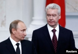 Moscow Mayor Sergei Sobyanin (right) with Russian President Vladimir Putin (file photo)