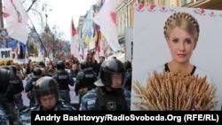 Үкім оқылып жатқан сот үйі алдында жиналған Тимошенконың жақтастарының жолын құқық қызметкерлері бөгеп тұр. Киев, 11 қазан 2011 ж.