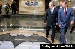 Володимир Путін і Сергій Іванов (на той час міністр оборони Росії) відвідують нову штабквартиру ГРУ Росії