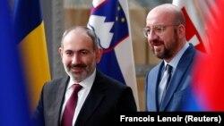 Премьер-министр Армении Никол Пашинян (слева) в Брюсселе встретился с председателем Европейского совета Шарлем Мишелем, 9 марта 2020 г.