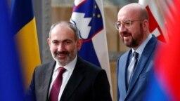 Nikol Paşinyan (solda) və Şarl Mişel (Arxiv fotosu)