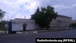 Прохідна «Торезького електротехнічного заводу» в кольорах українського прапору