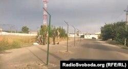 Російські прикордонники встановлюють паркан посеред вулиці Дружби народів