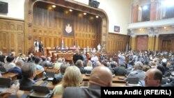 Najnoviji potez vladajućih stranaka u parlamentu jeste podnošenje stotine amandmana, čiji je efekat uskraćivanje šanse za svaku kritičku reč
