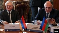 Главы МИД Армении и Азербайджана - Эдвард Налбандян (слева) и Эльмар Мамедъяров - в Москве (архив)