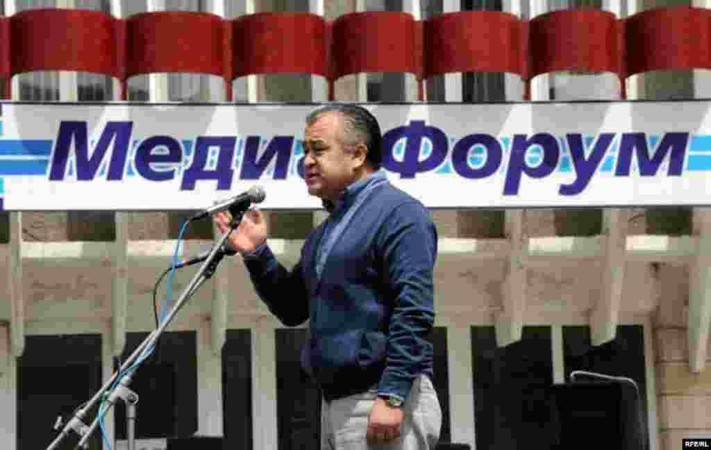 Митинг-реквиемде чогулган элдин алдында Убактылуу өкмөттүн башчысынын орун басары Өмүрбек Текебаев чыгып сүйлөдү.