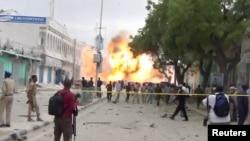 Наслідки вибуху замінованого автомобіля, що врізався у ворота готелю в Могадішо, Сомалі, 25 січня 2017 року