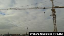 Строительный кран, на котором проводят акцию протеста Сандугаш Серикбаева и Уюм Жолдасбаева.