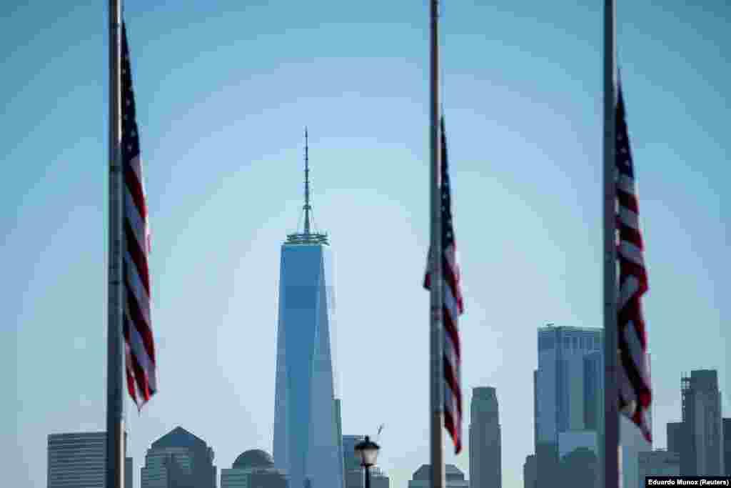 Qendra Botërore Tregtare e fotografuar nga Nju Xhersi. Kjo fotografi është shkrepur në 08:46, pikërisht 20 vjet pasi avioni i parë goditi njërën nga kullat në Nju Jork.