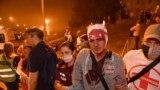Minskde polisiýa bilen demonstrantçylaryň arasynda bolan çaknyşyklardan soň adamlar ýaralylara kömek edýär. 10-njy awgust, 2020 ý.