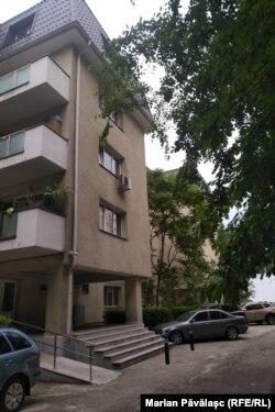 Minimum 40 de metri pătrați are o locuință din acest imobil în care apartamentele sunt acordate pe criterii, teoretic, de ajutor social.