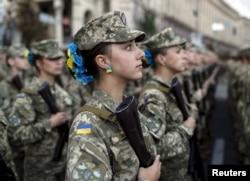 Українські жінки-військовослужбовці під час репетиції військового параду до Дня Незалежності України. Київ, серпень 2015 року