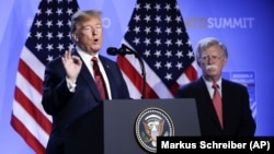 Президент Дональд Трамп с тогда еще помощником по национальной безопасности Джоном Болтоном, 12 июля 2018 года