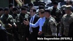 За учениями на вазианской базе наблюдала представительная делегация. После учений премьер-министр Бидзина Иванишвили лично подошел поздравить военных