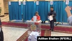 На одном из избирательных участков в Нур-Султане, 9 июня 2019 года.