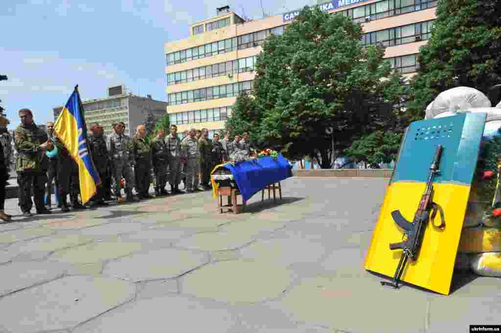 Запорожье. Похороны добровольца батальона «Донбасс». Покойный погиб в бою с пророссийскими сепаратистами.