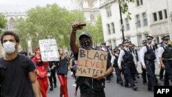 Протестувальники крокують під час антирасистської демонстрації в Лондоні 3 червня 2020 року