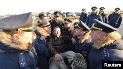 Российские военные приветствуют прибывшего из Сирии коллегу. Приморско-Ахтарск, 16 марта 2016 года.