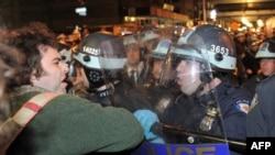 """Нью-Йорктун полициясы Зукотти сейил багын """"Уолл-стритти ээле!"""" кыймылы курган чатырлардан тазалап жаткан учурдан бир көрүнүш. 15-ноябрь 2011"""