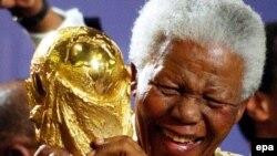 Нельсон Мандела с главным трофеем футбольного чемпионата мира