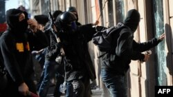 Протестующие ломают витрины, центр Рима, 15 октября 2011