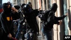 Демонстрантите против корпорациската алчност во саботата палеа автомобили, каменуваа банки и се судрија со полицијата во Рим.