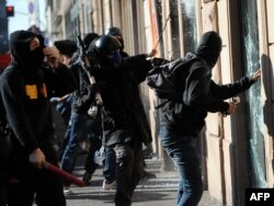 Италия. Демонстранттар Римдин ортолук бөлүгүндлө банктын терезесин талкалап жатышат. 15-октябрь 2011