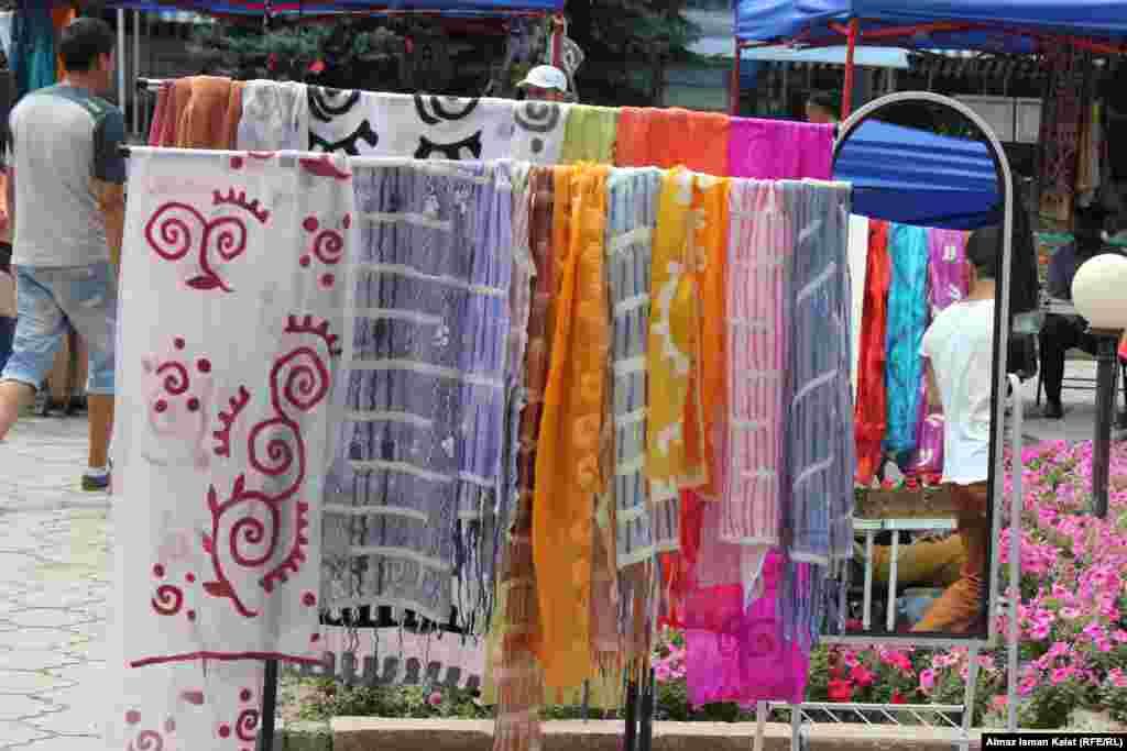 Популярные женские шарфы с войлочными узорами