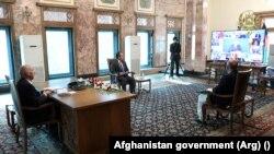 محمد اشرف غنی رئیس جمهور افغانستان، محمد حنیف اتمر سرپرست وزارت خارجه و صدیق صدیقی سخنگوی ریاست جمهوری افغانستان در جریان نشست شانگهای که بگونه آنلاین برگزار شده بود