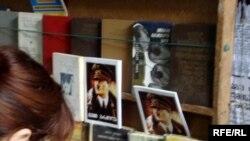 """ადოლფ ჰიტლერის """"ჩემი ბრძოლა"""" თბილისში, ქუჩაში წიგნით მოვაჭრეთა დახლზე"""