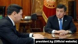 Президент Сооронбай Жээнбеков и председатель ГКНБ Абдиль Сегизбаев. Фото от 4 декабря 2017 года.