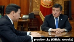 Президент Сооронбай Жээнбеков и председатель ГКНБ Абдиль Сегизбаев. 4 декабря 2017 года.