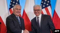 Secretary of State Rex Tillerson (L) and Polish Foreign Minister Jacek Czaputowicz shake hands during a joint press conference after their meeting in Warsaw on January 27, 2018. / AFP PHOTO / Wojtek RADWANSKI