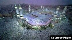 Паломники в Мекке у мусульманской святыни. Иллюстративное фото.