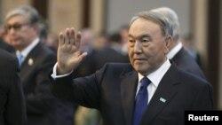 Нұрсұлтан Назарбаевтың халыққа жолдауын оқуға келе жатқан сәті. Астана, 30 қараша 2015 жыл.