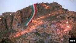 حملة المشاعل النارية يتجهون الى قمة الجبل