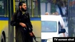 عکسی از فرد مسلح که سفارت آمریکا در سارایوو را هدف قرار داد