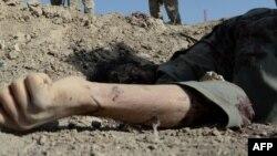 آرشیف، جسد برجا مانده یک شورشی مسلح در میدان جنگ در یکی از ولایات افغانستان