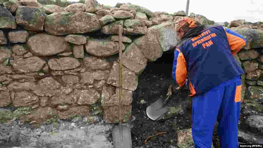 Ничего ценного археологи пока там не нашли. По мнению историков, арочный однопролетный каменный мост был построен через ручей Ашиль, который к концу XIX века полностью пересох.