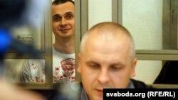 Олег Сенцов і адвокат Дмитро Дінзе в суді, архівне фото