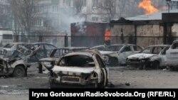 Последствия ракетного обстрела российскими гибридными силами микрорайона «Восточный» Мариуполя, 24 января 2015 года