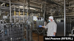 Zapadne mašine i oprema se koriste u fabrici sira